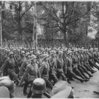 German_troops_parade_through_Warsaw,_Poland,_09-1939_-_NARA_-_559369.jpg
